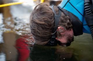 Ein Taucher prüft die Lage unter Wasser