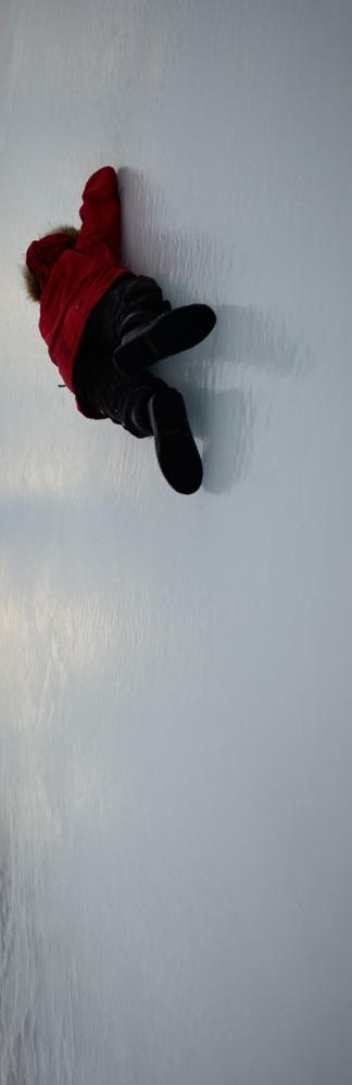 Olaf erklimmt ohne Hilfsmittel eine Eiswand. Gut, wenn die Fingernägel lang genug sind :-)