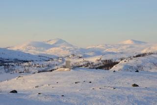 Schneelandschaft, ähnlich wie Olafs Bild. Nur bei ihm fehlt diese komische Metallplatte