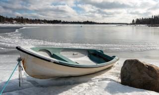 Das Boot liegt noch auf dem Eis