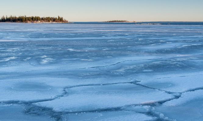 Eis bei Tjuvkistan. Im Hintergrund die Inseln Klubben und Gåsören