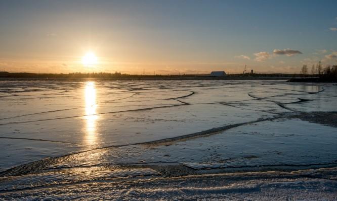 Auf der Westseite des Dammes zur Lotsenstation liegt noch Eis
