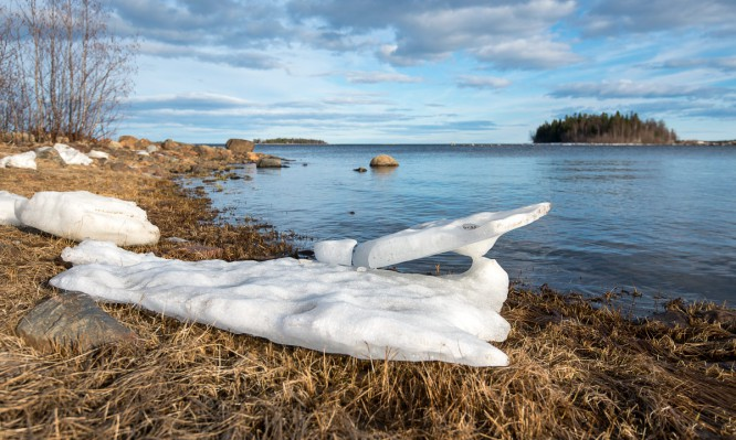 Eisreste bei Harrbäckssand. Im Hintergrund die Inseln Djupskäret und Björkskär