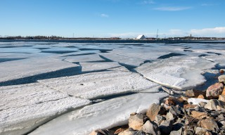 Am Rand sitzen noch einige Eisschollen fest, doch die Bucht ist fast eisfrei