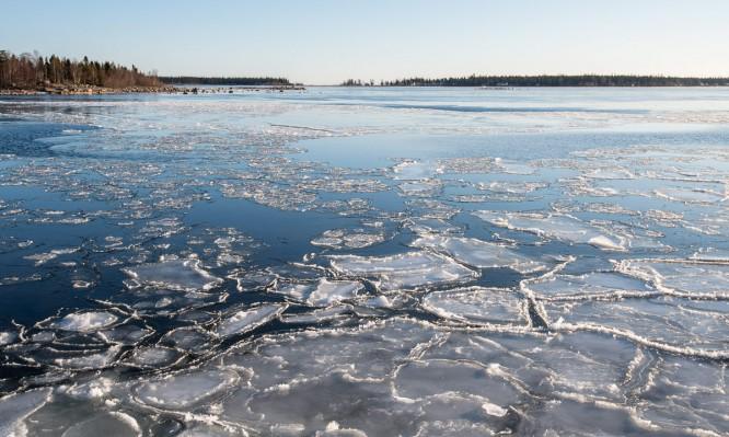 Eisschollen am Damm zur Lotsenstation