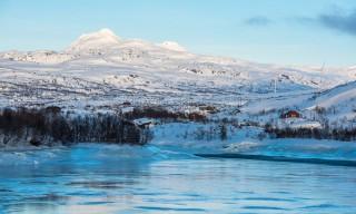 Der See ist mit bläulichem Eis bedeckt