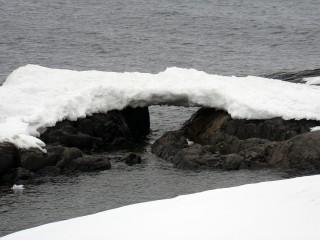Eine Schneebrücke