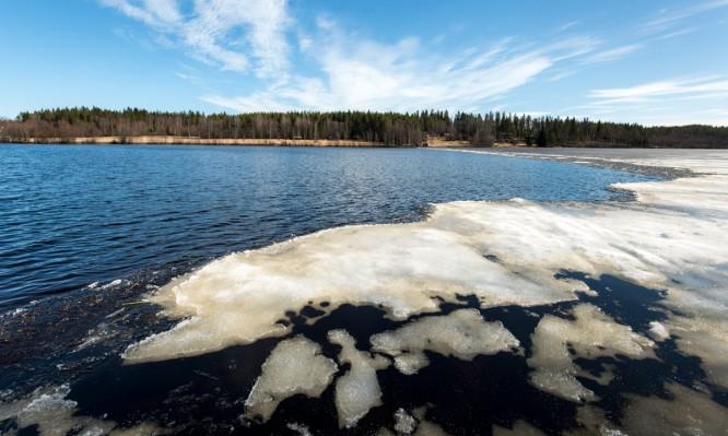 Letzte Eisreste auf dem See Högfjärden