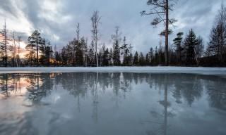 Spiegelung in einer großen Eispfütze