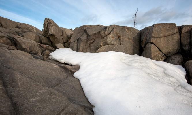 In den schattigen Vertiefungen hält sich noch ein bisschen Altschnee