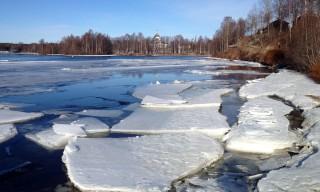 Eisschollen auf dem Fluss