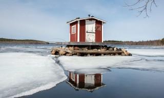 Minihütte auf Miniinsel im Fluss