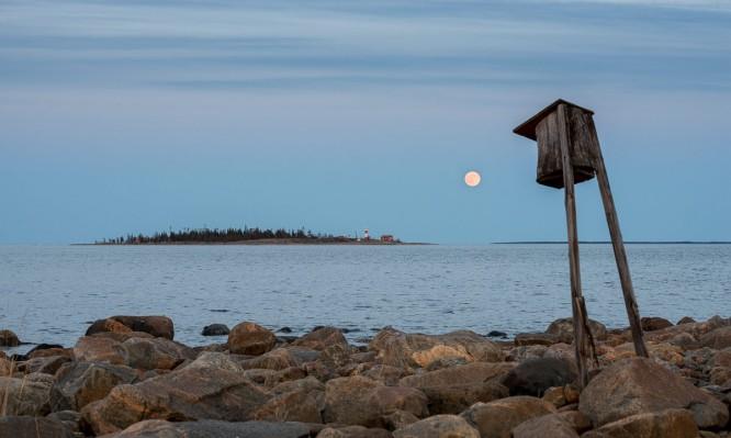 21:51: Vollmond über der Insel Gåsören