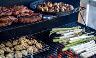 Martin grillt Schwein, Hühnchen, Champignons und Spargel –lecker!