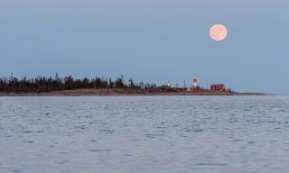21:44: Mond über Gåsören