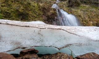 Kleiner Wasserfall und altes Eis
