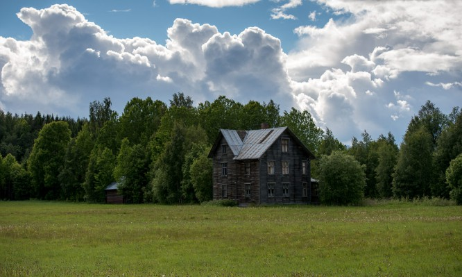 """Quellwolken über dem alten """"Amerikahaus"""""""