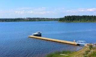 Der öffentliche Boots- und Badesteg von Bastuholmen –noch leer