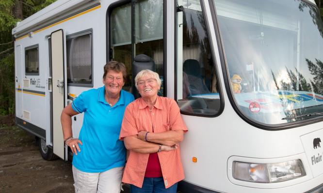 Uta und Evi, im Hintergrund Friedolin, das Wohnmobil