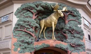 Goldener Elch über einem Hauseingang